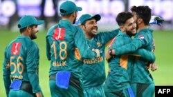 پاکستانی ٹیم کے کھلاڑی کپتان سرفراز احمد کے ہمراہ (فائل فوٹو)