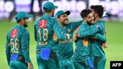 آسٹریلیا کے بیٹس مین شارٹ کے آؤٹ ہونے پر پاکستانی کھلاڑی خوشی کا اظہار کر رہے ہیں۔