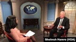 امریکی معاون نائب وزیرِ خارجہ برائے سیاسی امور تھامس شینن وائس آف امریکہ کی ازبک سروس کی نمائندہ نوبہار امامووا کو انٹرویو دیتے ہوئے