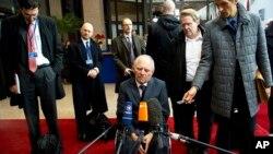 Bộ trưởng Tài chánh Đức Wolfgang Schaeuble (giữa) nói chuyện với các nhà báo khi ông đến dự hội nghị với các Bộ trưởng Tài chính khối Euro ở Brussels, 14/11/13