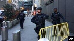 11일 폭탄 테러가 발생한 미국 뉴욕의 타임스퀘어 인근에서 경찰이 도로를 통제하고 있다.