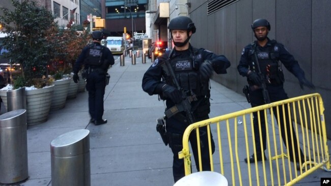 Cảnh sát gần Quảng trường Thời đại hôm 11/12.