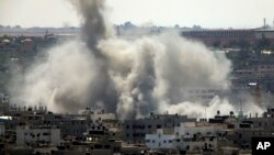 Asap mengepul di kota Gaza setelah serangan udara Israel hari Jumat pagi (8/8).