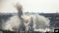 Asap membubung di Gaza City setelah sebuah serangan Israel, Agustus tahun lalu.