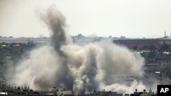 Asap membumbung di Gaza setelah serangan udara Israel, Jumat 8 Agustus 2014.