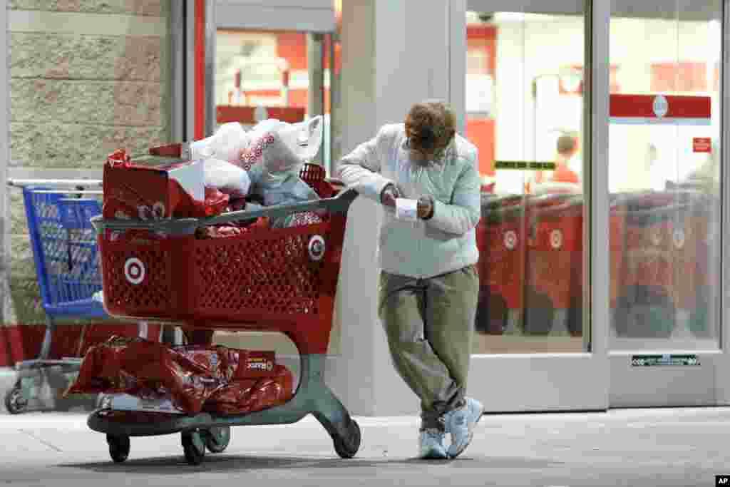 Bà Betsy McGonagle kiểm tra lại hóa đơn sau khi mua sắm tại cửa hàng Target ở Philadelphia, Pennsylvania.