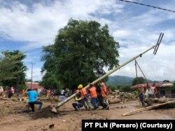 Perusahaan Listrik Negara (PLN) terus melakukan pemulihan jaringan listrik yang terdampak siklon tropis Seroja di Nusa Tenggara Timur. (Foto: PT PLN)
