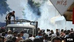 Polisi Tunisia menembakkan gas air mata ke arah ratusan demonstran Islamis di ibukota Tunis, Jumat (14/10).