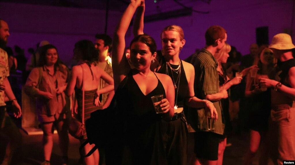 Những vũ điệu đầu tiên tại London sau 18 tháng, khi chính quyền gỡ bỏ lệnh hạn chế tụ họp, khuya 19 tháng Bảy. Hình minh họa.