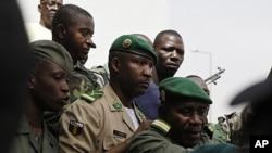 Lieutenant Amadou Konare, center, spokesman for coup leader Amadou Haya Sanogo, arrives to address supporters, in Bamako, Mali, March 28, 2012.
