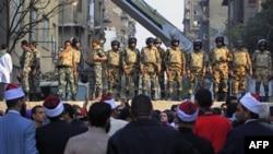 Binh sĩ Ai Cập đứng canh trên rào chắn giữa Quảng trường Tahrir và Bộ Nội Vụ trong thủ đô Cairo