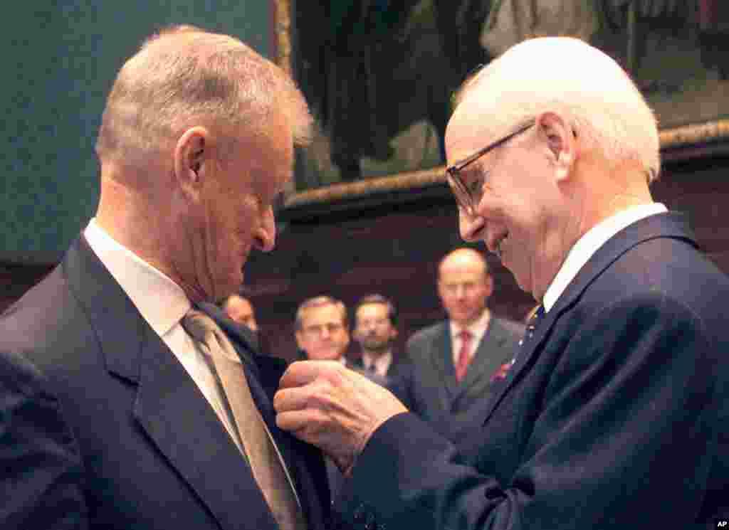 30 октября 2000 года вБудапештеЗбигнев Бжезинский был награжденОрденом Заслуг Венгерской Республики.