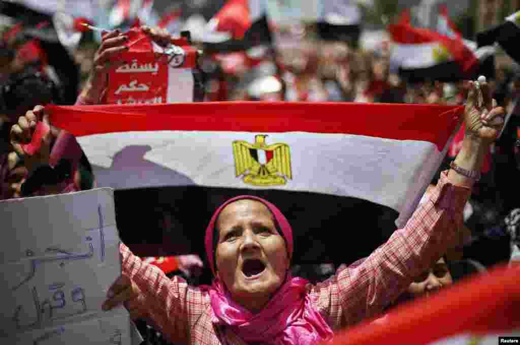 Jedan od brojnih Egipćana, prosvjednika koji ovih dana na trgu Tahrir traže ostavku predsjednika Mohameda Morsija.