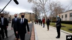 آنتونیبلینکندر مقابل ساختمان وزارت خارجه ایالات متحده