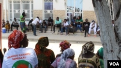 Des partisans du maire de la ville, Khalifa Sall, attendent devant la cour suprême, Dakar, Sénégal, 20 juillet 2017. (S. Christensen/VOA)