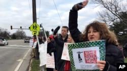 肯塔基州教师在首府法兰克福抗议削减退休福利。(2018年3月8日)
