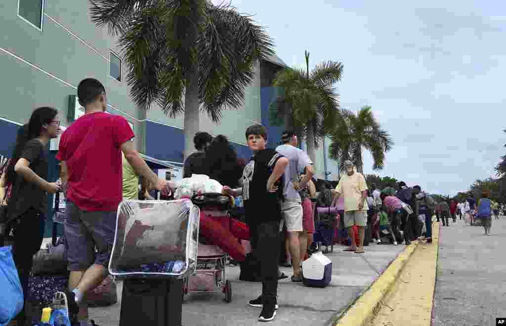 Тысячи людей ждут в очереди, чтобы попасть в убежище на арене Жермен в Эстеро, штат Флорида, 9 сентября 2017 года. (AP Photo / Jay Reeves)