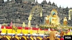Para Bhiksu dan umat Budha berdoa di pelataran Candi Borobudur dalam perayaan Hari Raya Waisak, Sabtu petang, 25 Mei 2013 (VOA/Munarsih Sahana).