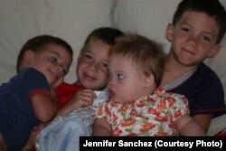 Софія з братиками у перші дні свого перебування в домі Санчесів. Каліфорнія, 2010 р.