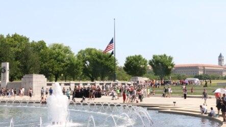 """""""阵亡将士纪念日""""这天华盛顿二战纪念园内的游人和凭吊者。(美国之音杨晨拍摄)"""