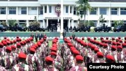 Presiden Joko Widodo memeriksa pasukan prajurit Pasukan Khas TNI Angkatan Udara di Jakarta. (Foto dok.: Biro Pers kepresidenan).