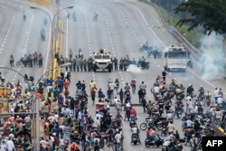 Demonstrators clash with the riot police during a protest against Venezuelan President Nicolas Maduro, in Caracas, April 20, 2017.