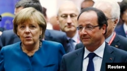 Kanselir Jerman Angela Merkel dan Presiden Perancis Francois Hollande (kanan) menghadiri KTT Energi Uni Eropa di Brussels (22/5).