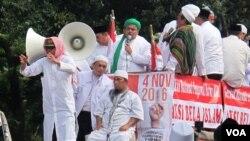 Jutaan umat Islam melakukan aksi unjuk rasa menuntut Gubernur DKI Basuki Tjahaja Purnama segera diproses hukum. (VOA/Fathiyah Wardah).