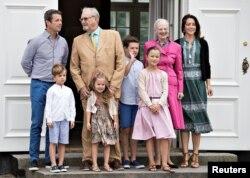 (Dari kiri) Putra Mahkota Pangeran Frederik, Pangeran Vincent, Pangeran Henrik, Putri Josephine, Pangeran Christian, Putri Isabella, Ratu Margrethe, dan Putri Mahkota Mary berfoto di Kastil Grasten, di Grasten, Denmark, 15 Juli 2016.