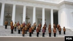 Presiden Joko Widodo, Wakil Presiden Jusuf Kalla dan 34 menteri Kabinet Kerja di tangga Istana Merdeka, Jakarta (27/10). (VOA/Andylala Waluyo)