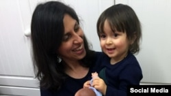 نازنین زاغری، شهروند ایرانی بریتانیایی تبار،در کنار دخترش گابریلا