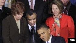 Tổng thống Hoa Kỳ Barack Obama ký thành luật một đạo luật cho phép người đồng tính được công khai phục vụ trong quân đội, ngày 22/12/2010