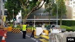 김정은 북한 국무위원장의 숙소인 세인트 리지스 호텔 앞에 경찰 병력이 배치되고, 보안 관련 장치가 설치됐다.