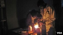 Jutaan orang di Afrika tidak punya akses terhadap listrik dan harus menggunakan lampu minyak tanah yang berbahaya untuk penerangan.