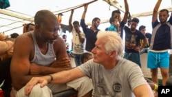 Amerikalı oyuncu Richard Gere, geçen hafta gemideki göçmenleri ziyaret etmişti.