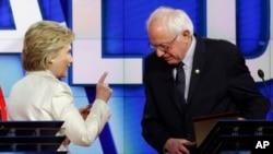 佛蒙特州聯邦參議員伯尼桑德斯與希拉里克林頓4月14日辯論會上資料照。
