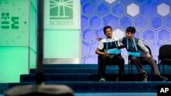 Jairam Hathwar (trái), 13 tuổi, đến từ New York và Nihar Janga, 11 tuổi, từ Austin, Texas, sau khi nghe công bố đồng đoạt giải vô địch cuộc thi đánh vần toàn quốc Mỹ tại thủ đô Washington ngày 26/5/2016.