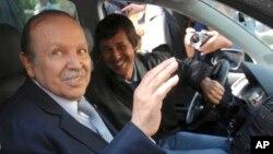 Abdelaziz Bouteflika, alors président de l'Algérie (g) et son frère Saïd Bouteflika à Alger, le 10 avril 2009.
