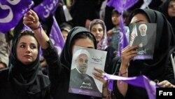 دختران حامی روحانی در انتخابات ریاست جمهوری. حضور جوانان و زنان در انتخابات پیش رو نیز تعیین کننده است.