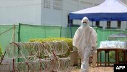 ရန္ကုန္ၿမိဳ႕ရွိ Quarantine စင္တာတခုအတြင္းတြင္ ေတြ႔ရတဲ့ ၀တ္စံုျပည့္၀တ္ထားတဲ့ ၀န္ထမ္းတဦး။ (ဧၿပီ ၀၉၊ ၂၀၂၀)