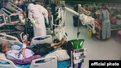 ကိုဗစ္-၁၉ အထူးၾကပ္မတ္ကုသေဆာင္ (ICU) မွာ လူနာေတြကို ကုသမႈေပးေနတဲ့ ျမင္ကြင္း။ (ဓာတ္ပုံ - Ministry of Health and Sports - ႏိုဝင္ဘာ ၃၀၊ ၂၀၂၀)