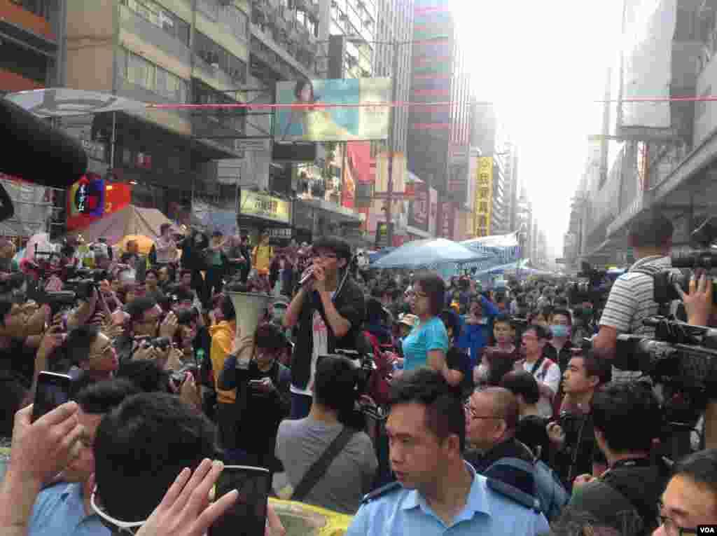 香港警方星期三上午展开强行清场行动(美国之音海彦 拍摄)。
