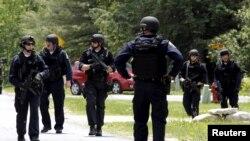 數百名警察正在搜尋兩名越獄囚犯。