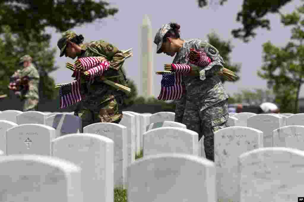 Membros da Velha Guarda depositam bandeiras americanas no Cemitério de Arlington, um dos maiores cemitérios militares dos Estados Unidos. Celebrações do Memorial Day