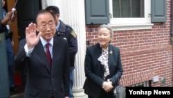 반기문 전 유엔 사무총장이 지난 3일 부인 유순택씨와 함께 0년간 거주했던 미국 뉴욕 맨해튼 유엔 사무총장 공관을 떠나면서 취재진에 손을 흔들어 인사하고 있다.