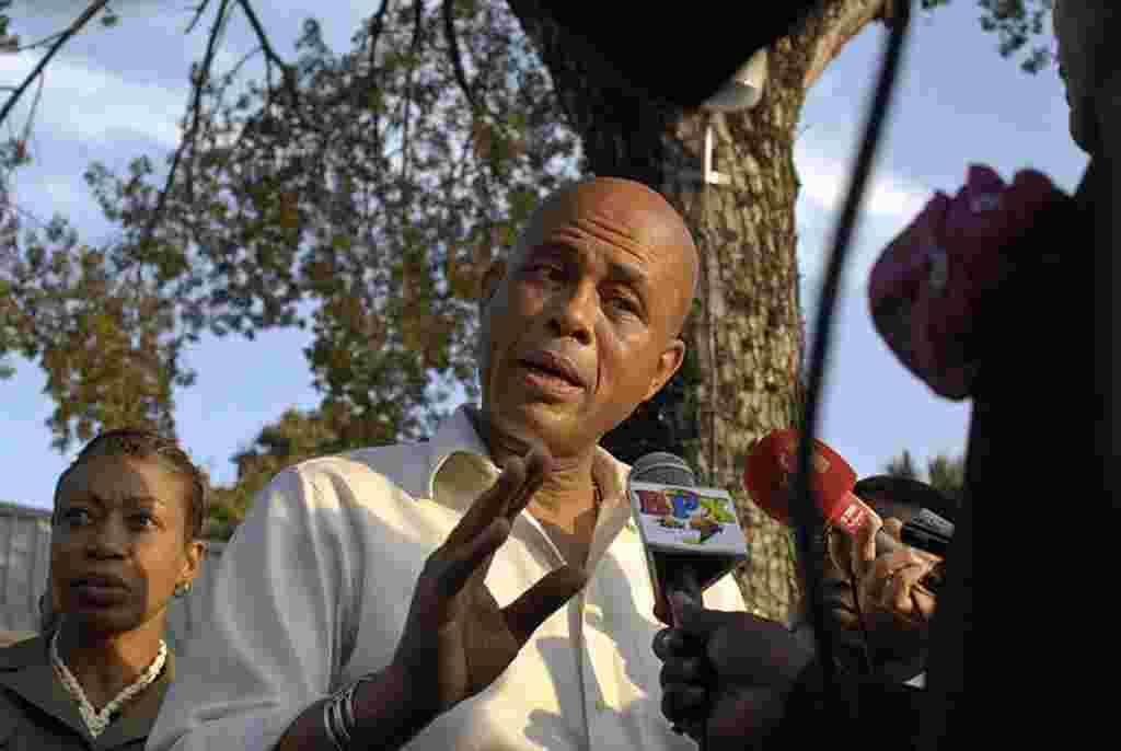 El presidente de Haití, Michel Martelly reacciona a las preguntas de los periodistas después de salir de un evento que conmemora el segundo año del devastador terremoto.