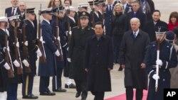 18일 워싱턴 인근 앤드루스 공군기지에 도착해 조셉 바이든 부통령(오른쪽)의 영접을 받는 후진타오 국가주석(왼쪽)