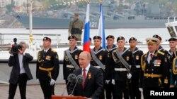 """Presiden Rusia Vladimir Putin berpidato menandai """"Hari Kemenangan"""" di Sevastopol , 9/5/2014."""