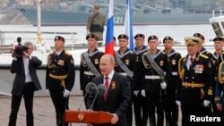 普京在克里米亚港口城市塞瓦斯托波尔发表胜利节讲话