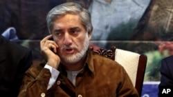 Ứng cử viên tổng thống Afghanistan Abdullah Abdullah nói chuyện điện thoại trong buổi mít tinh ở thủ đô Kabul, Afghanistan, Thứ Sáu 6/6/2014.